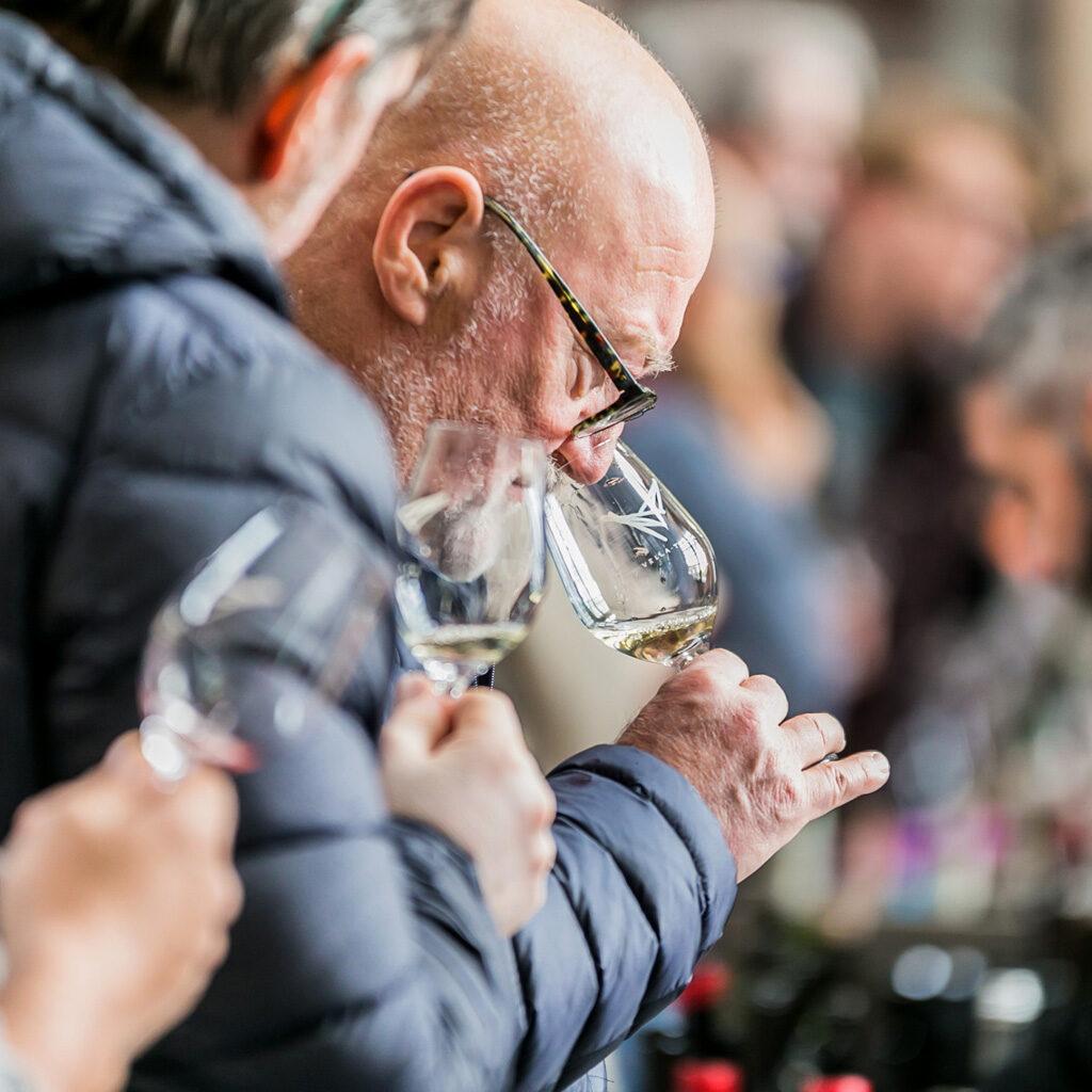 Hombre grande catando un vino natural en la Feria Vella Terra