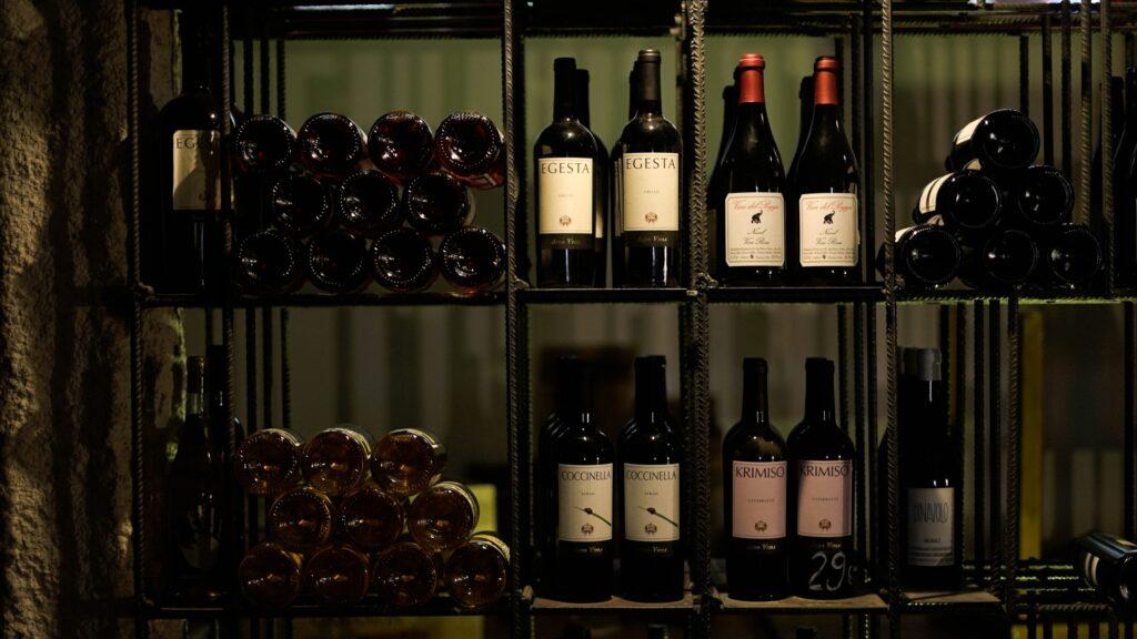 Fotografía de la enoteca con muchas clases y variedades de vino natural