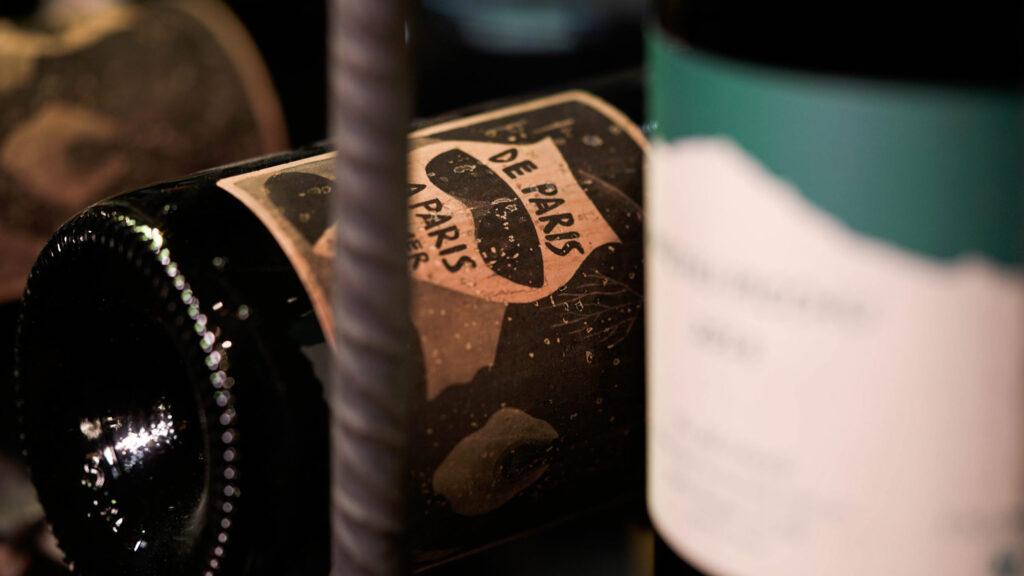 """Vino natural de todo el mundo. Foto de cerca de la etiqueta de un vino """"De Paris a Paris"""". Sobre nosotros"""