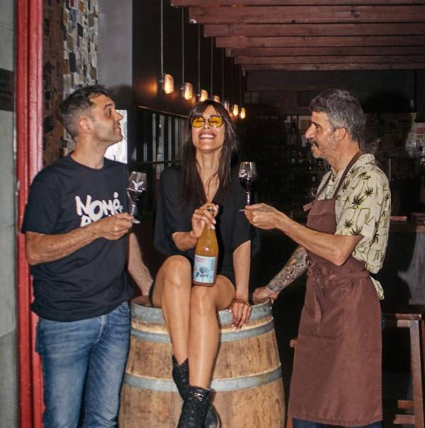 Foto de Alejandra, Stefano y Manolo en la puerta de Garage Bar