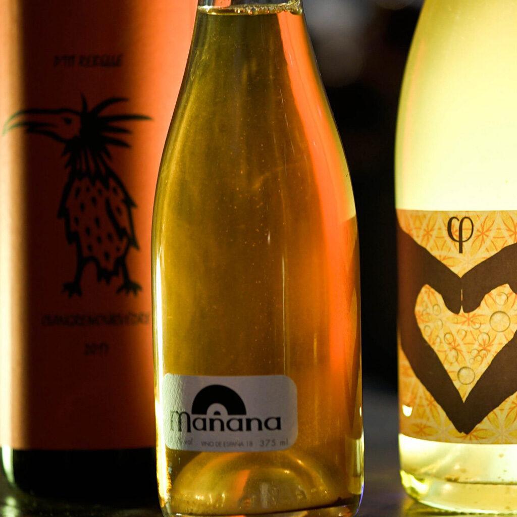 Fotografía de cerca de diferentes etiquetas de vinos naturales